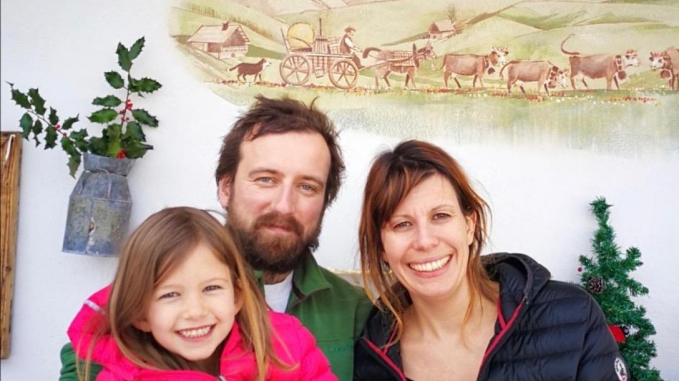 Caroline Pelvat, Jocelyn Goubert et leur fille Julie devant la Fruitière des Perrières.