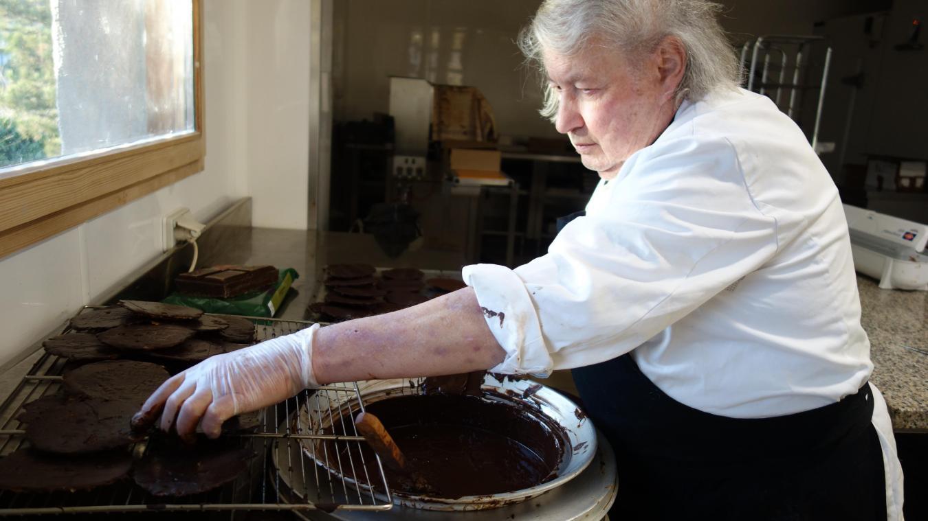 Dans son laboratoire, Christian Bochard ne compte pas le temps qu'il lui faut pour confectionner confiseries et chocolats.