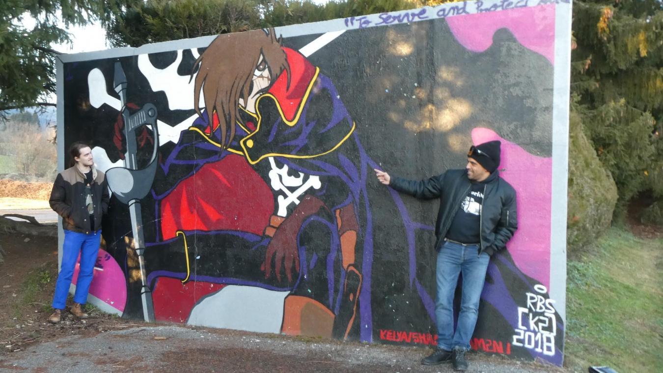 Kamel Moussaoui (à droite) a réalisé cette fresque baptisée  To serve and protect you , au stade de Boëge. Le dessinateur de mangas Mimo Peyrani ne peut qu'apprécier cette référence au célèbre héros des années 70-80, Albator.