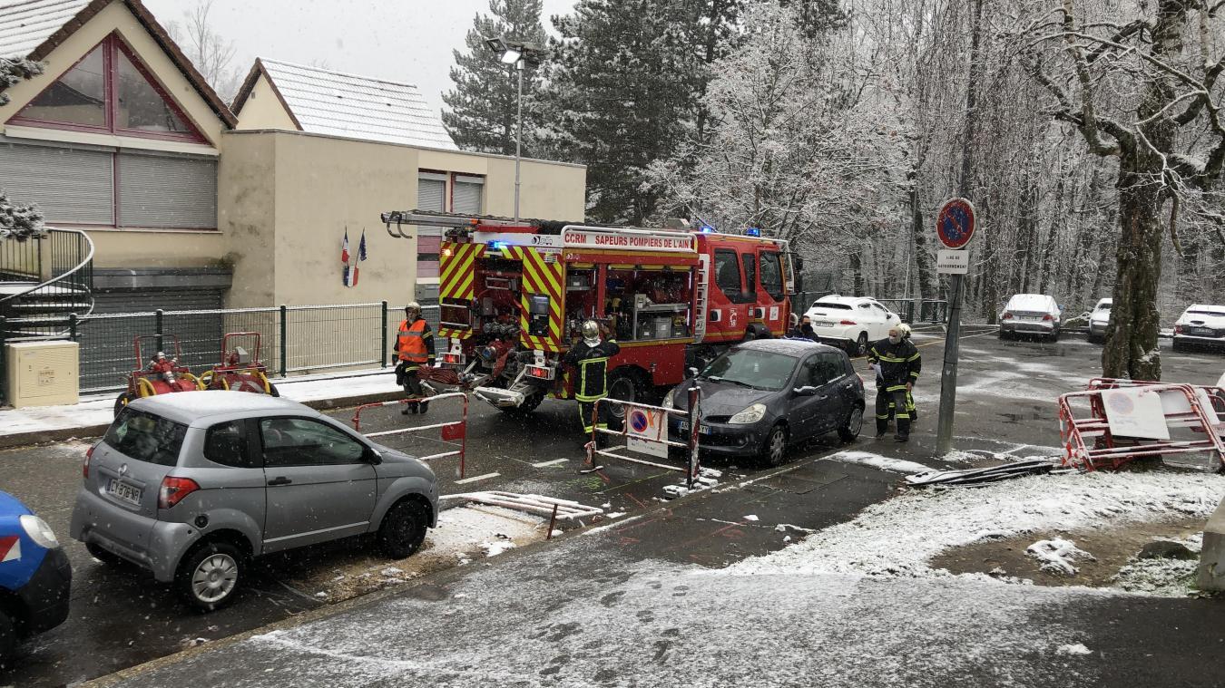 Les pompiers ont mis en place un dispositif pour ventiler l'appartement.
