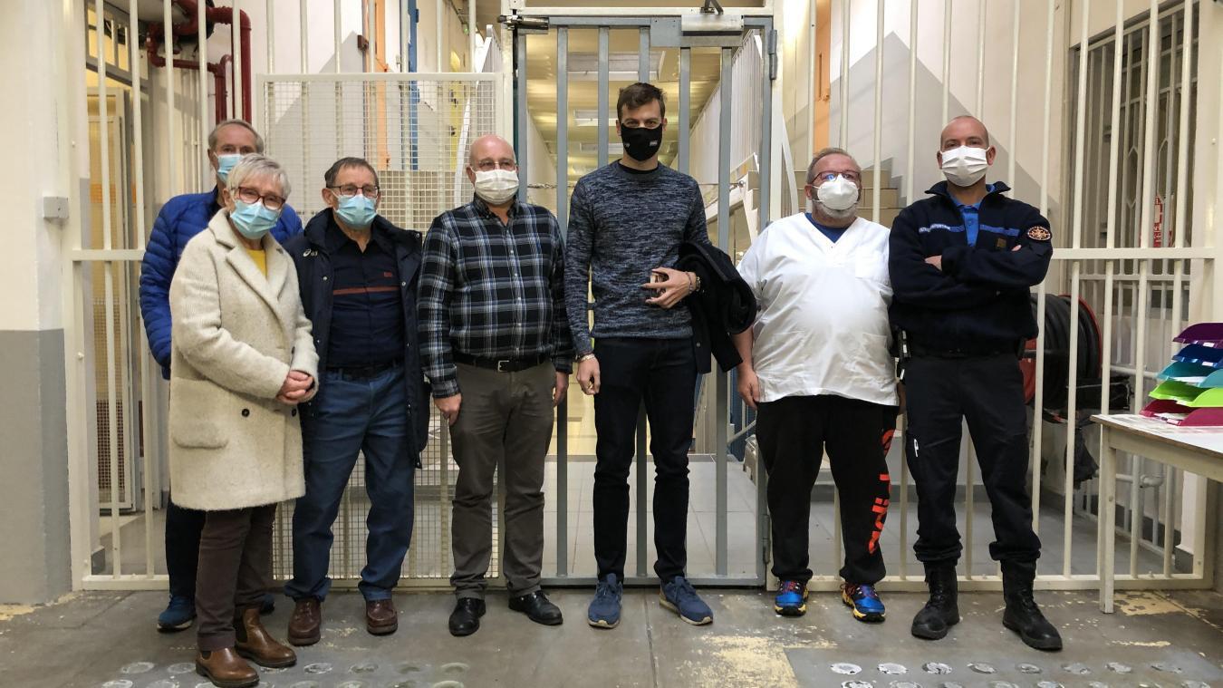 Christophe Lemaitre (au centre), ici aux côtés du directeur de la prison Pierre Cucheval, est venu accompagné de son entraîneur Pierre Carraz et de Christiane et Maurice Martinetto de l'ASA.