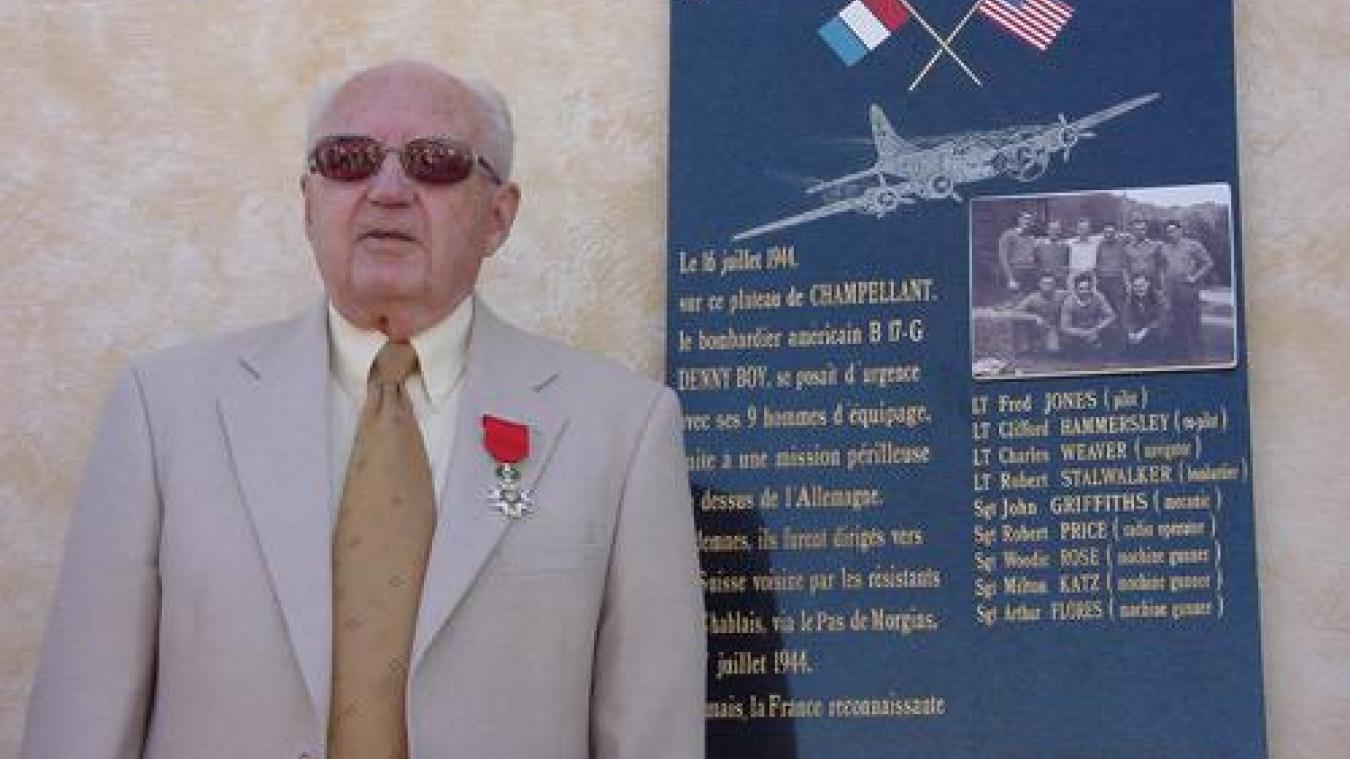 Robert Price à côté de la plaque commémorative de l'atterrissage du B-17 en juillet 1944.