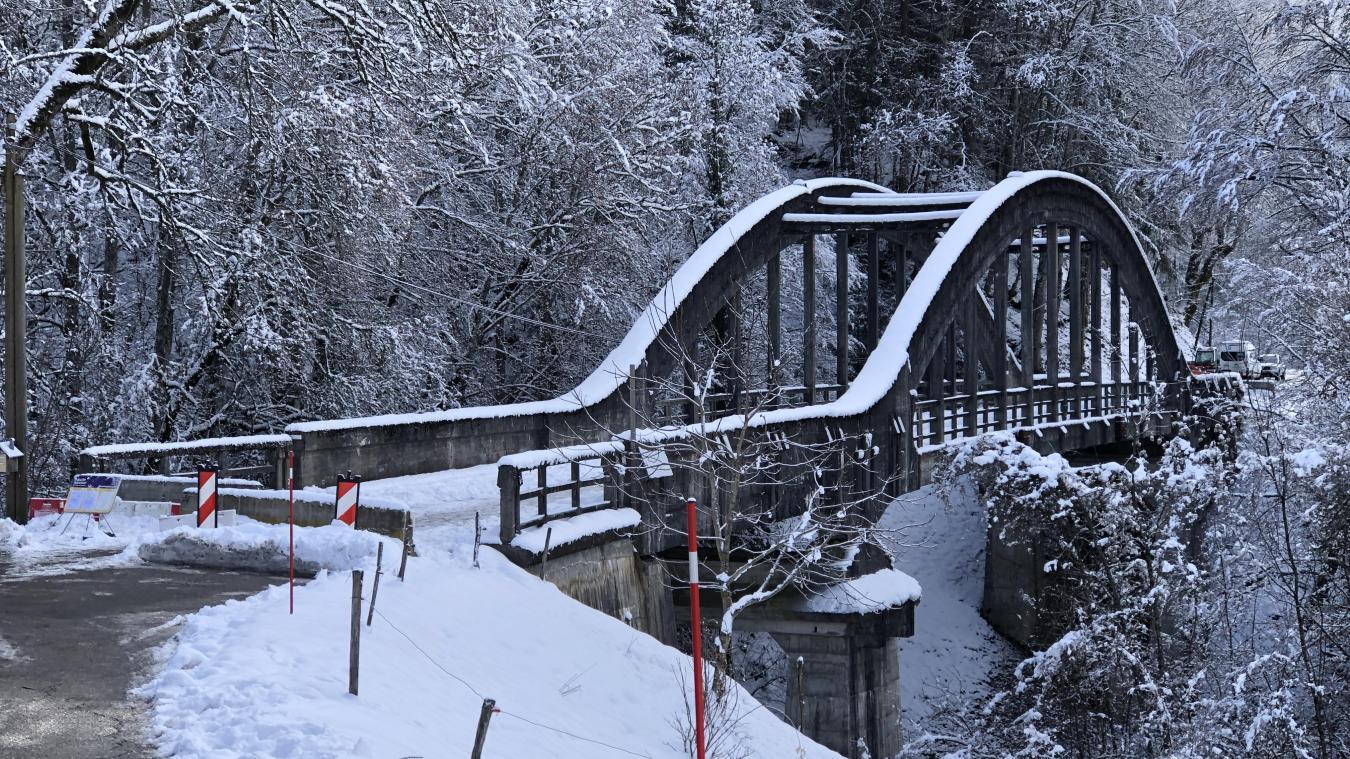 La fermeture du pont entraîne une coupure entre Cons et le chef-lieu. Selon Franck Paccard et Thérèse Lanaud, sa vétusté était connue.