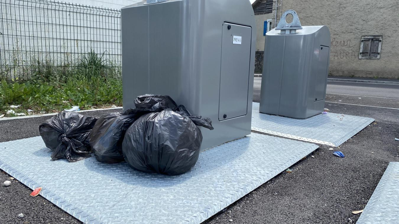 Pour éviter de badger, certains Gessiens déposent leurs sacs à côté des conteneurs...