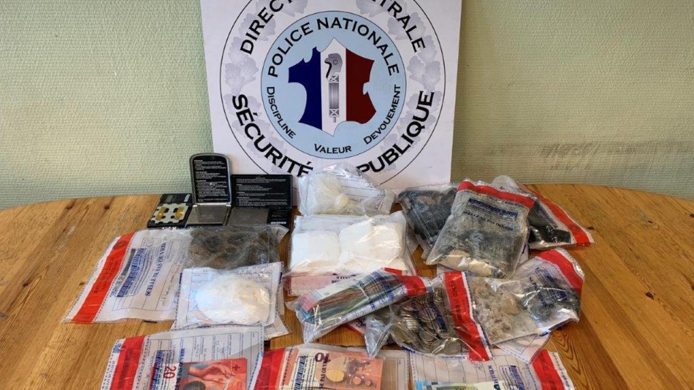 Une liasse de billets pour un montant de 3800 euros, un bloc de cocaïne concassé de 600 g et 700 g d'héroïne pure ont été saisis. Photo: Police 74.