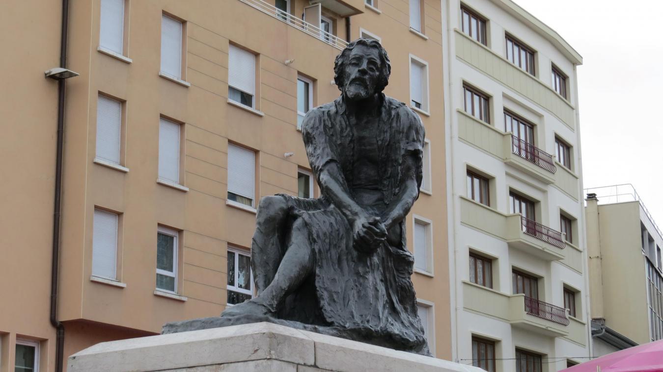 La statue de Michel Servet trônant devant l'hôtel de ville d'Annemasse, petit rappel piquant au voisin genevois sur l'attitude de Calvin dans cette histoire.
