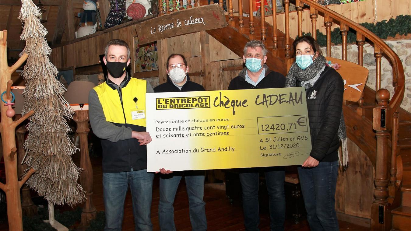 Un joli chèque pour l'association Le Petit pays, à Saint-Blaise.