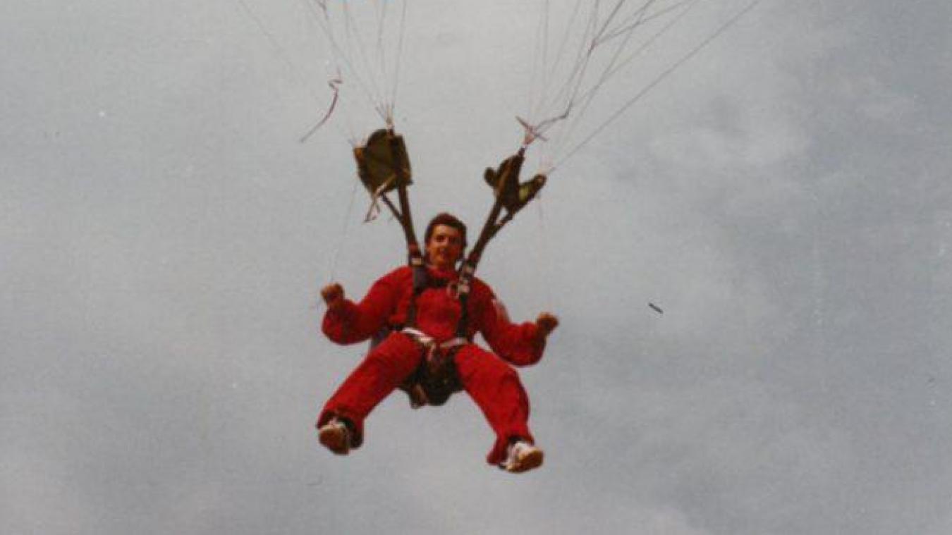 Jean-Claude Bétemps, en 1978, avec la voile du premier vol de l'histoire du parapente.