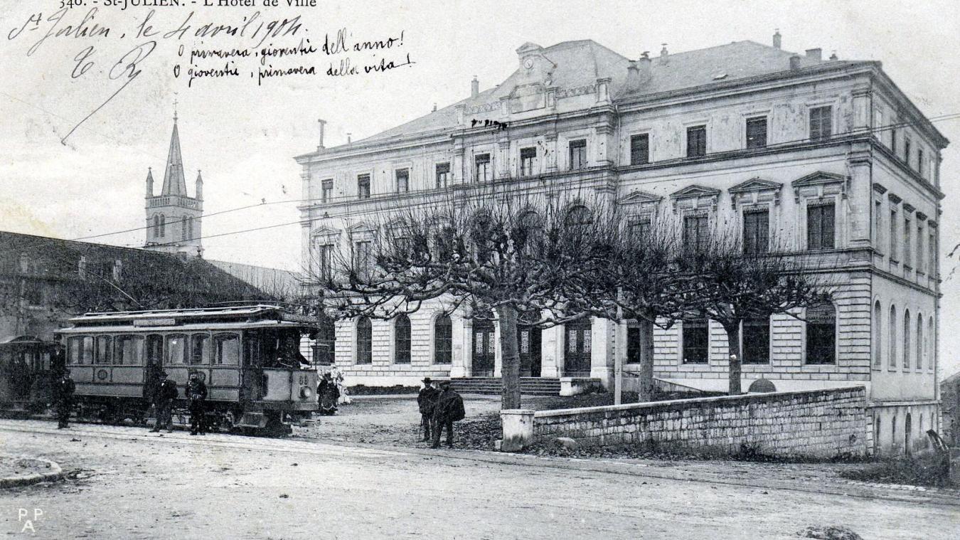 Une vue de l'hôtel de ville-palais de justice de Saint-Julien quelques années après son édification, au début du XXe siècle.