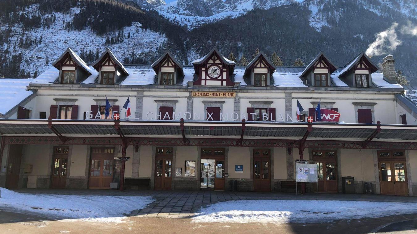 Les lucarnes en chien-assis, au deuxième étage du bâtiment voyageurs, donnent du cachet à la gare de Chamonix.