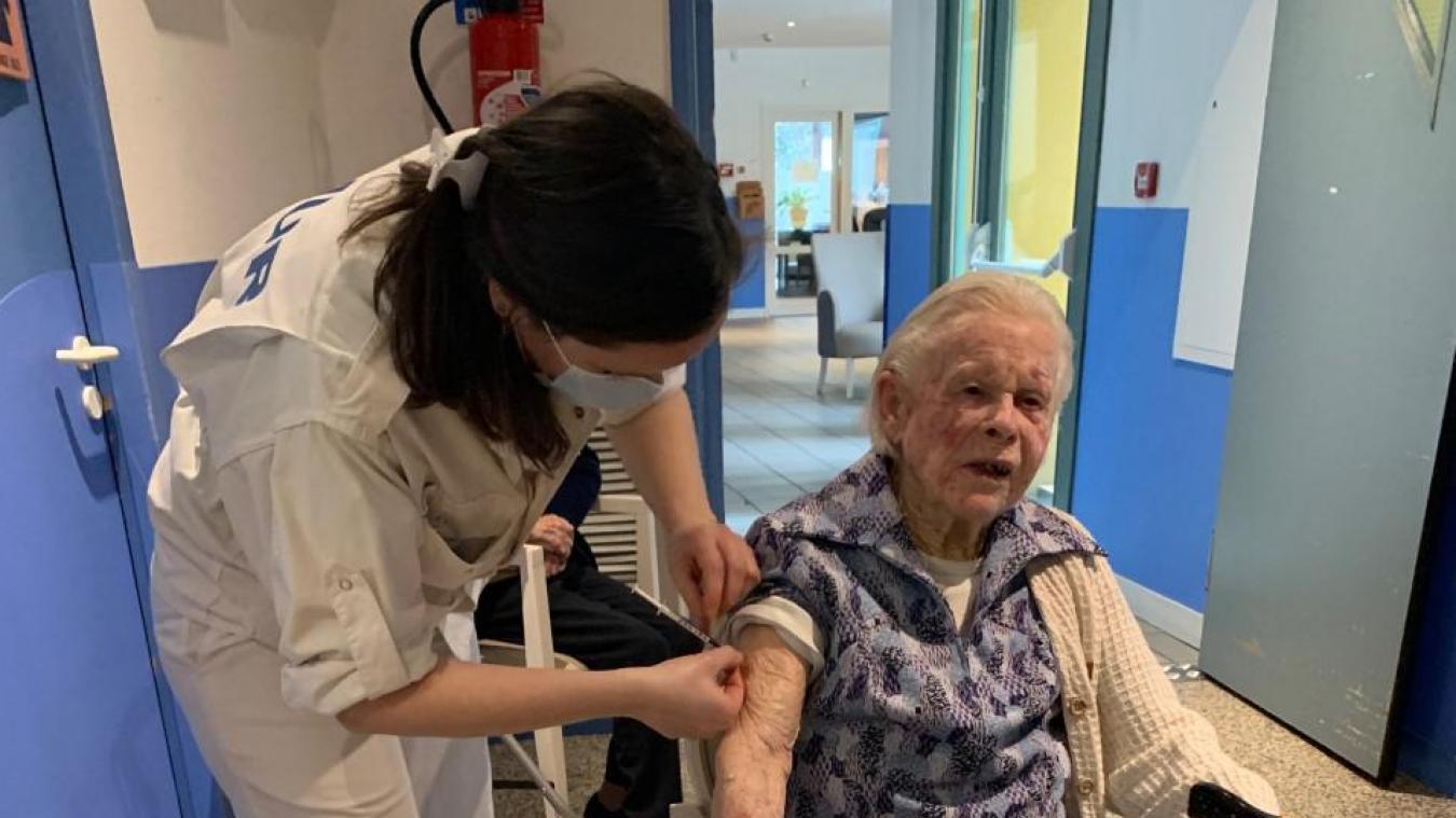 Dans cette première étape, 53 résidents de la maison de retraite et 56 personnels de l'hôpital se font vacciner.