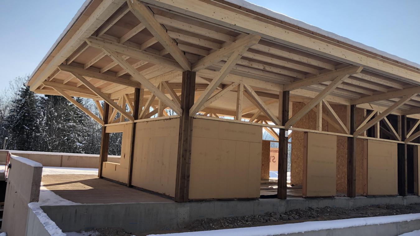 Une partie du bâtiment d'accueil, le long de la route. La canopée, avec ses passerelles au-dessus de la piste.