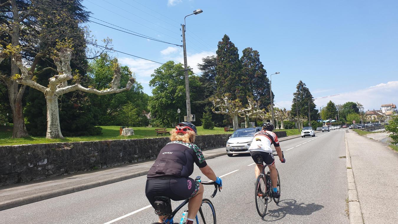 Les vélos sont de plus en plus nombreux sur les routes du Chablais, comme ici entre Evian et Thonon.