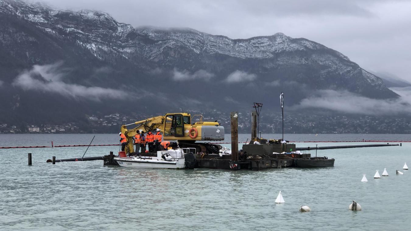L'enterrement des canalisations au fond du lac a détruit une partie des herbiers, selon Annecy Lac Pêche.