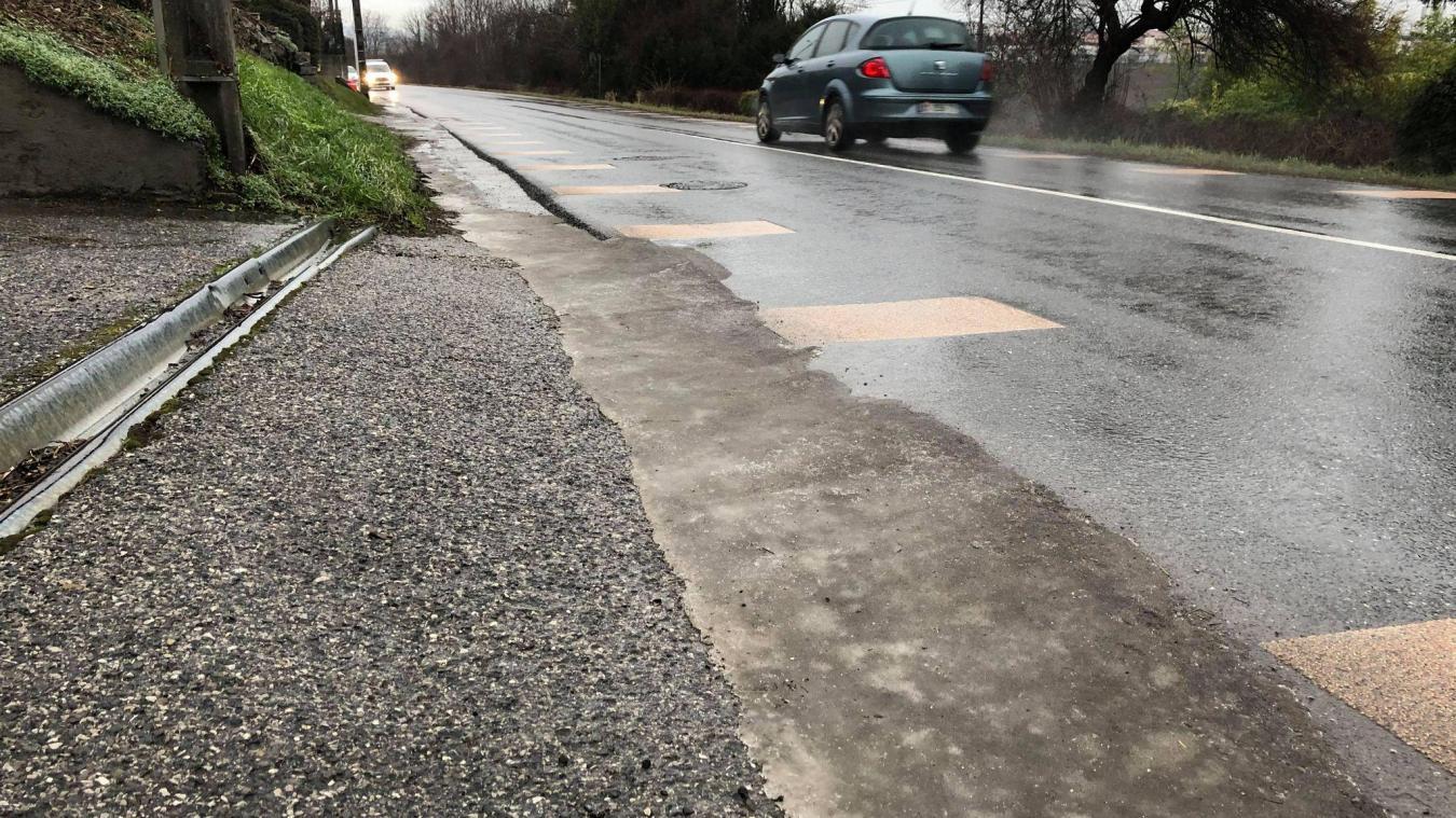 Sale temps pour les piétons le long de la route de Reignier. Les plaques de verglas n'arrangent rien...