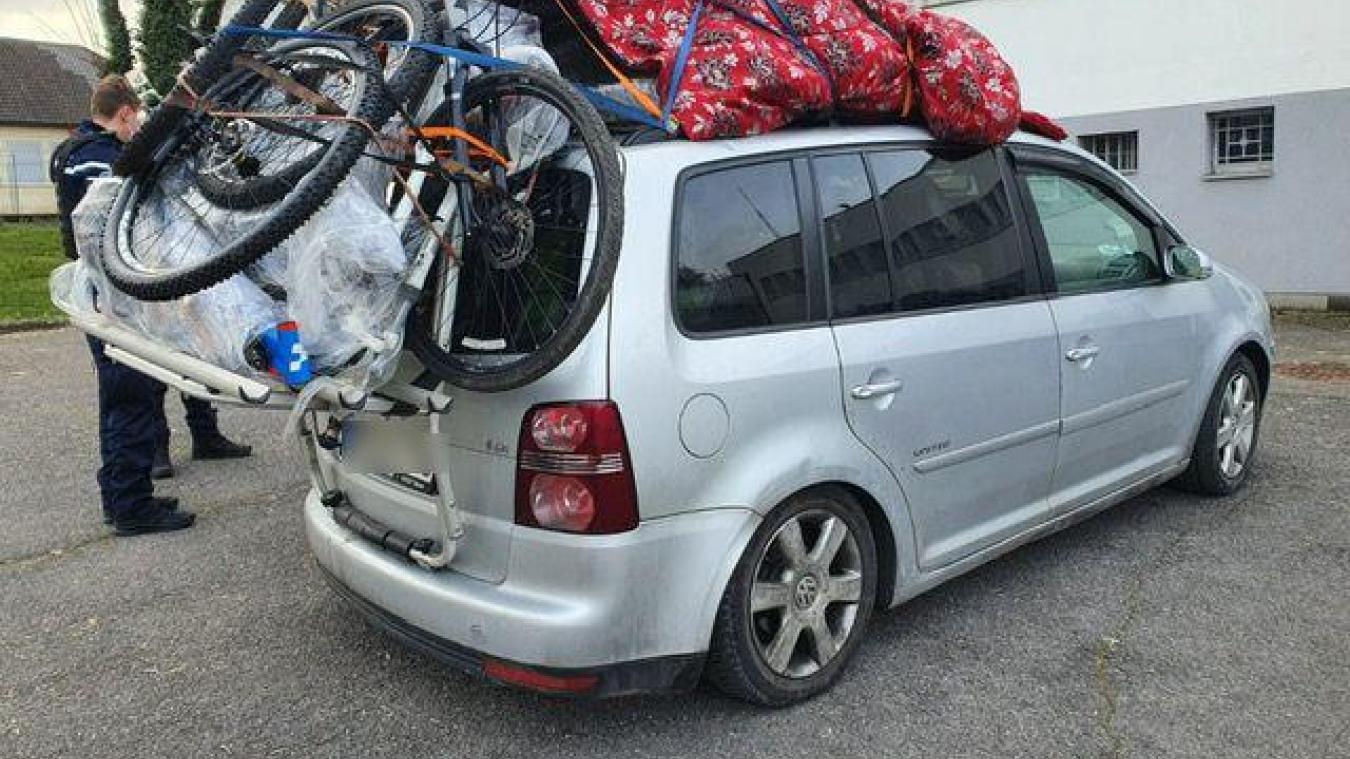 Samedi 9 janvier, les gendarmes du peloton motorisé de Saint-Julien-en-Genevois ont arrêté une voiture présentant une surcharge de 500 kg après pesée. (Photo DR)