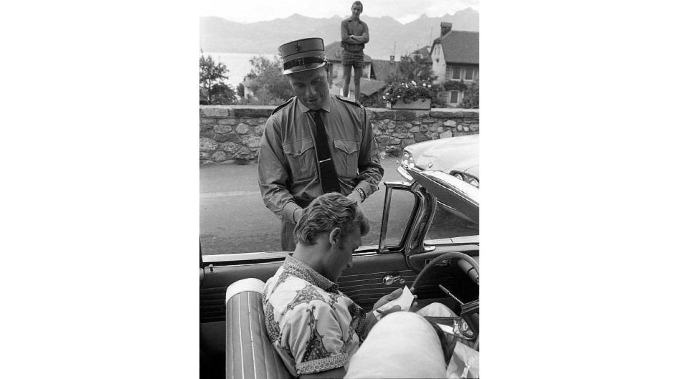 Johnny Hallyday signe une autographe au douanier Jean Tornay.