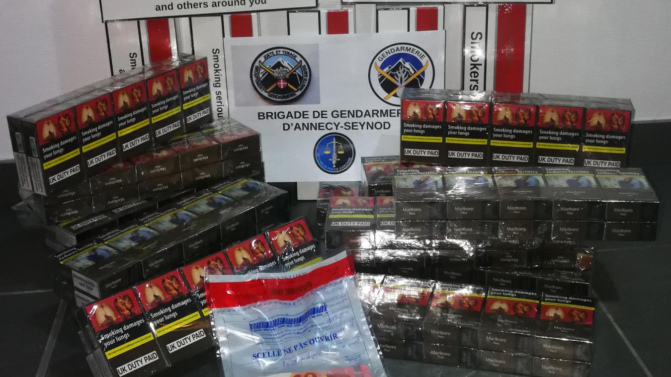 Les gendarmes ont retrouvé 26 cartouches de cigarettes et 300 euros lors de l'interpellation.