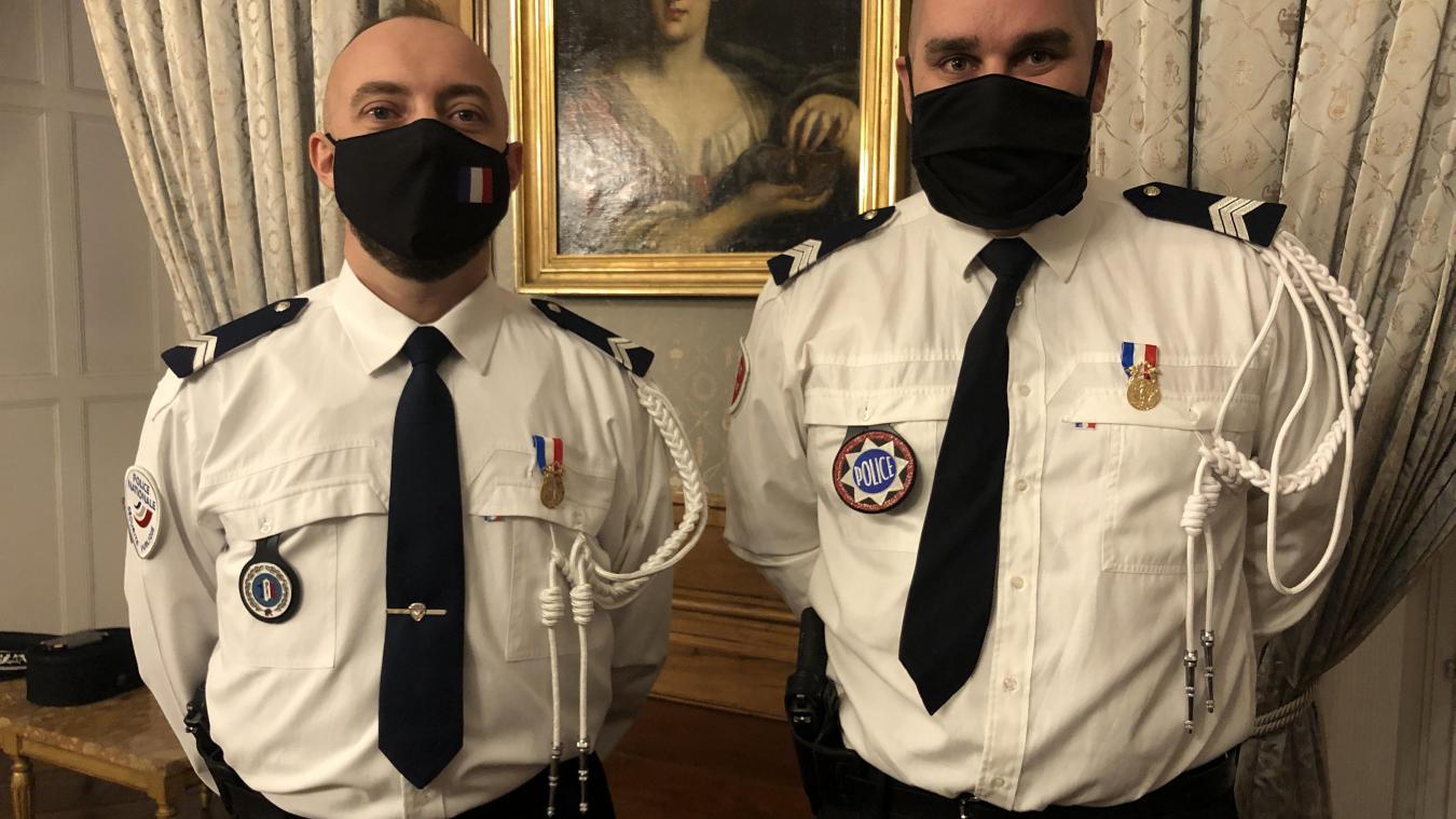 David et Grégory, les deux gardiens de la paix reçus officiellement dans les salons de la préfecture jeudi 14 janvier.