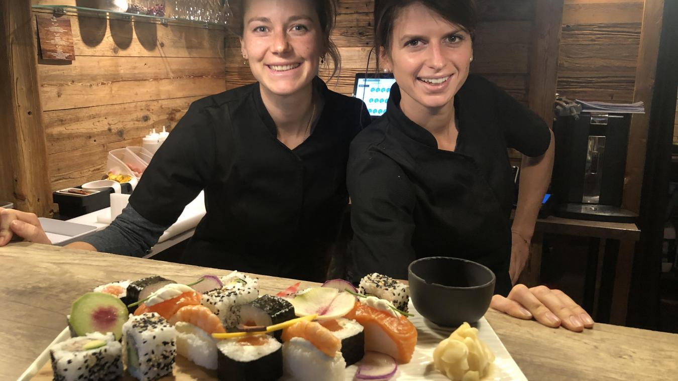 En compagnie de son employée Julie, Clémentine Jullien (à droite) s'est lancée dans la restauration japonaise à La Clusaz.