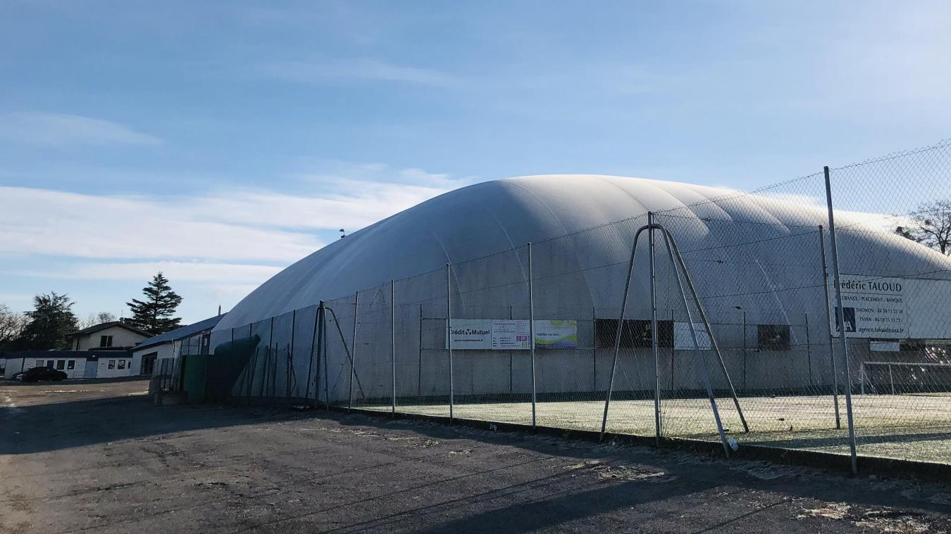 La bulle sera remplacée par une salle en dur et un gymnase, tous deux séparés par un mur isolé.