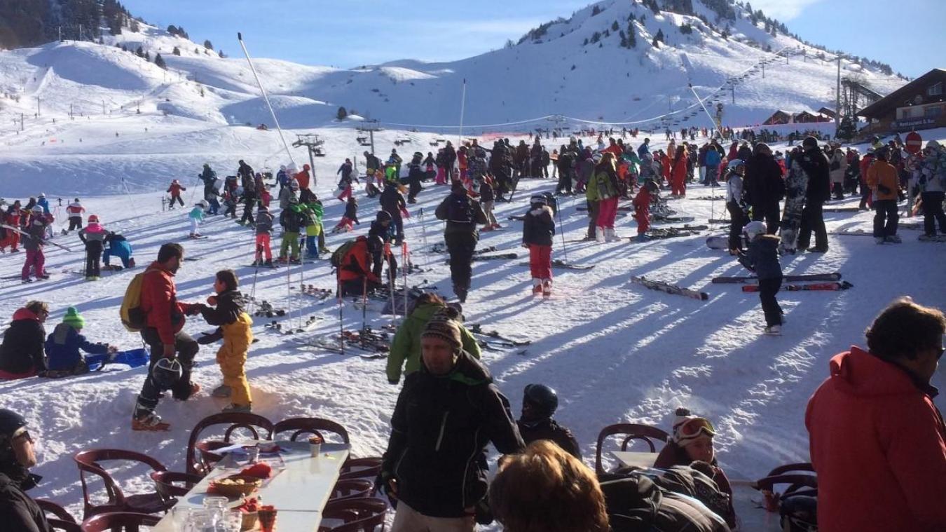 Claude Bernaz, responsable du domaine skiable d'Hirmentaz à Bellevaux a voulu montrer le contraste saisissant entre la station lors de l'hiver 2019/2020 et aujourd'hui.