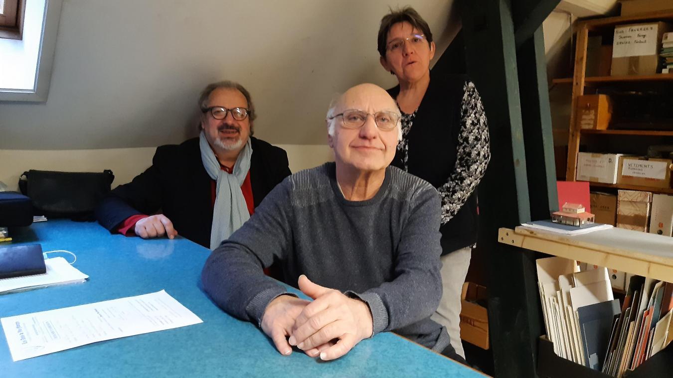 Les Amis de Viuz-Faverges viennent de sortir leur 44e bulletin d'histoire et d'archéologie. Alain Piccamiglio (au premier plan) et l'un des co-auteurs.