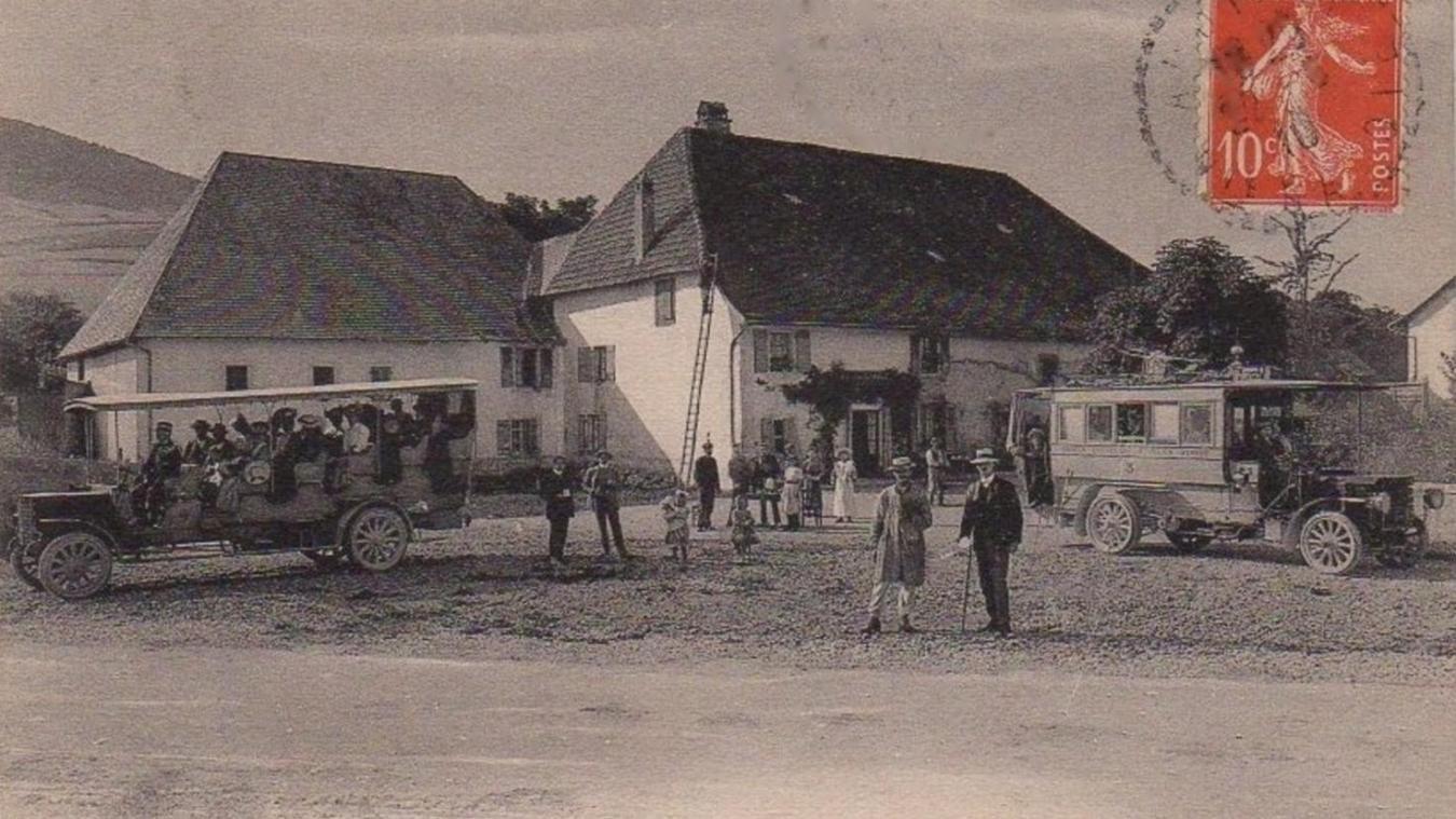 Superbe carte postale ancienne des omnibus stationnant au hameau du Mont-Sion, situé sur le col du même nom (collection La Salévienne).