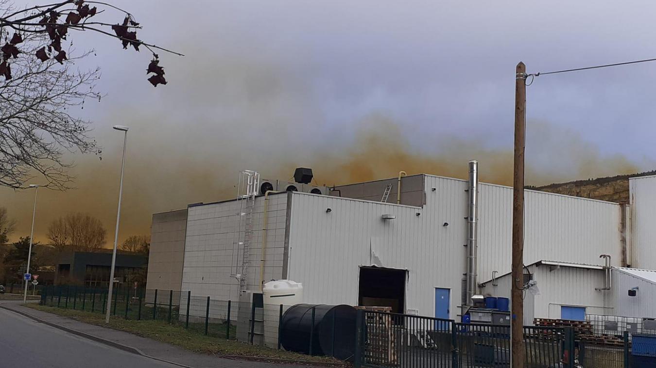 Un impressionnant panache jaune-orangé sortait des locaux de Kanigen, ce vendredi 22 janvier.