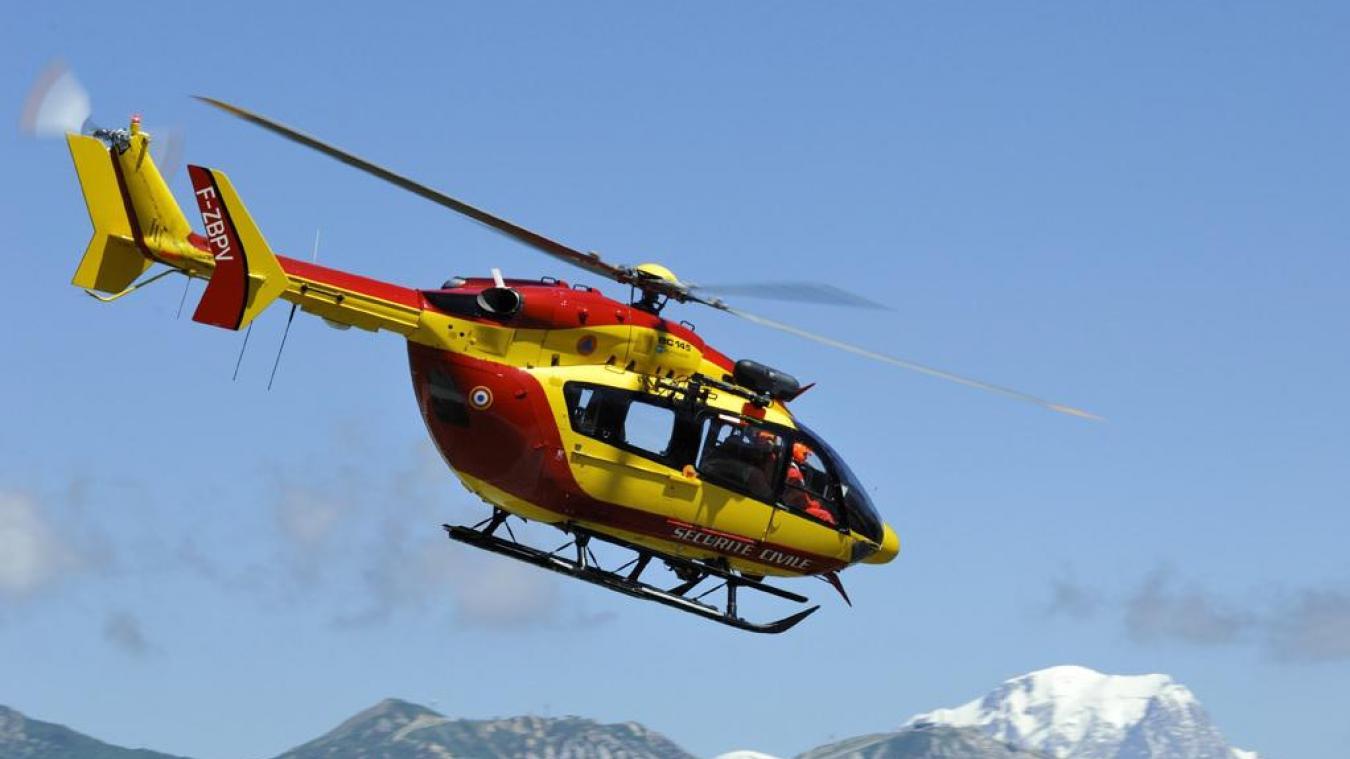 Les secours en montagne ont envoyé sur place l'hélicopère de la Sécurité civile, Dragon 74.