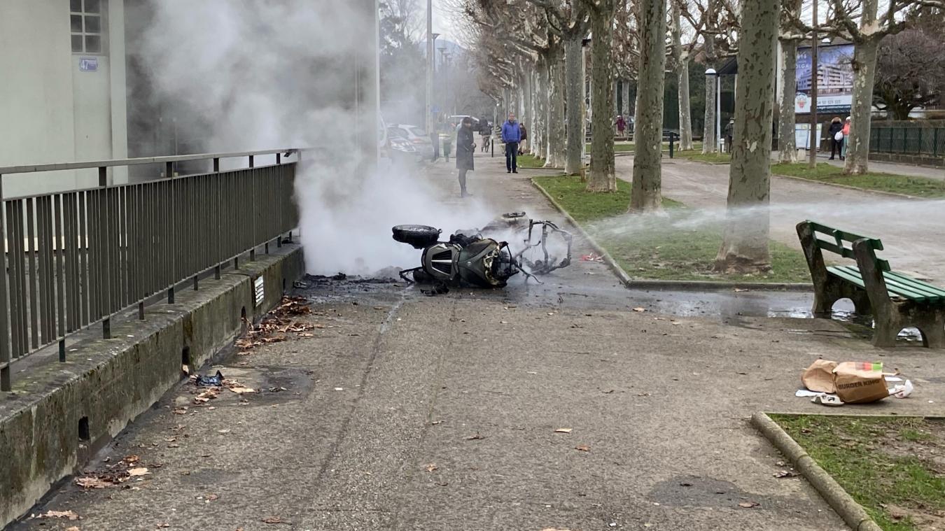 Annecy: un scooter prend feu en ville