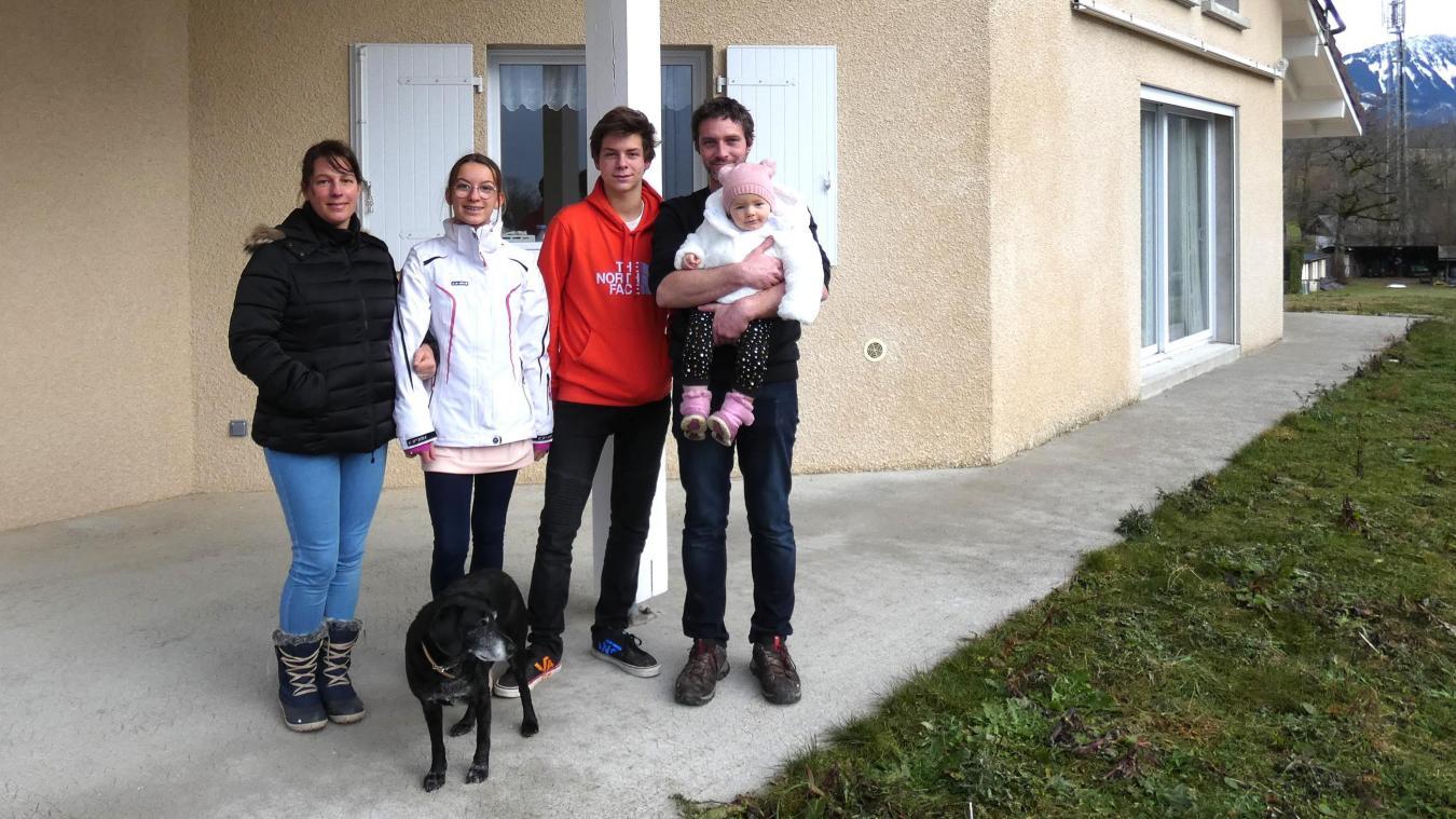 Après l'incendie de leur maison, Karine Ballart, Sébastien Porée et leurs trois enfants (Maxence, 16 ans ; Molly, 14 ans et Emy, 18 mois) tentent de retrouver un peu de sérénité grâce à la solidarité des habitants du plateau.