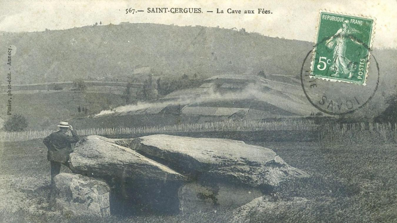 Plus modeste par sa taille, la Cave aux fées, dolmen à moitié enterré érigé à Saint-Cergues.