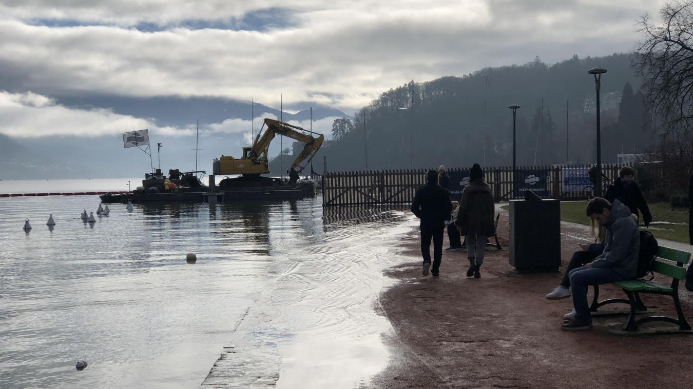 Le cheminement en terre battue, entre la bordure du quai et la piste cyclable, est en partie recouvert par le lac à hauteur de la base nautique des Marquisats.