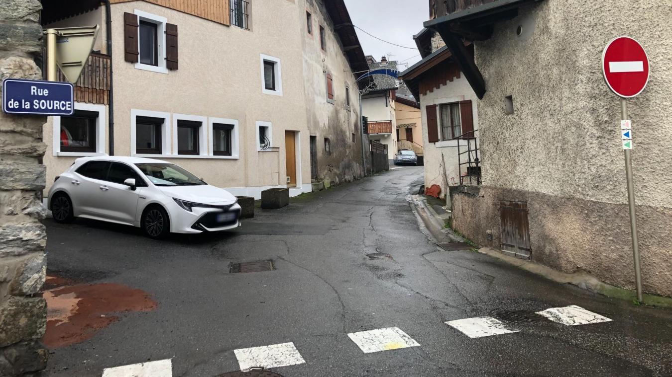 L'altercation entre voisins s'est produite à l'angle des rues de la Source et du Vieux-Village qui porte encore les traces au sol de la rixe.