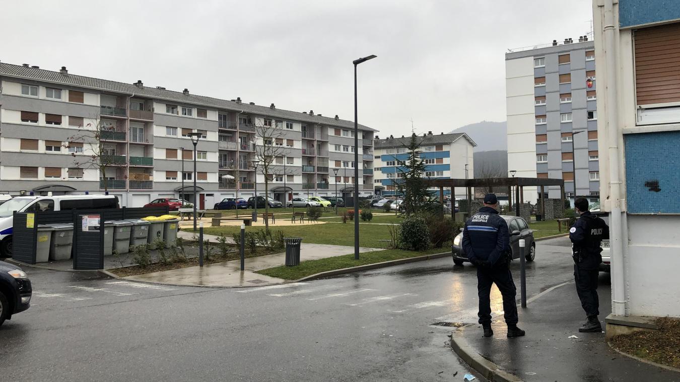Les policiers se sont dispersés afin de visiter les parties communes des neuf bâtiments, soit 21 entrées, du quartier.