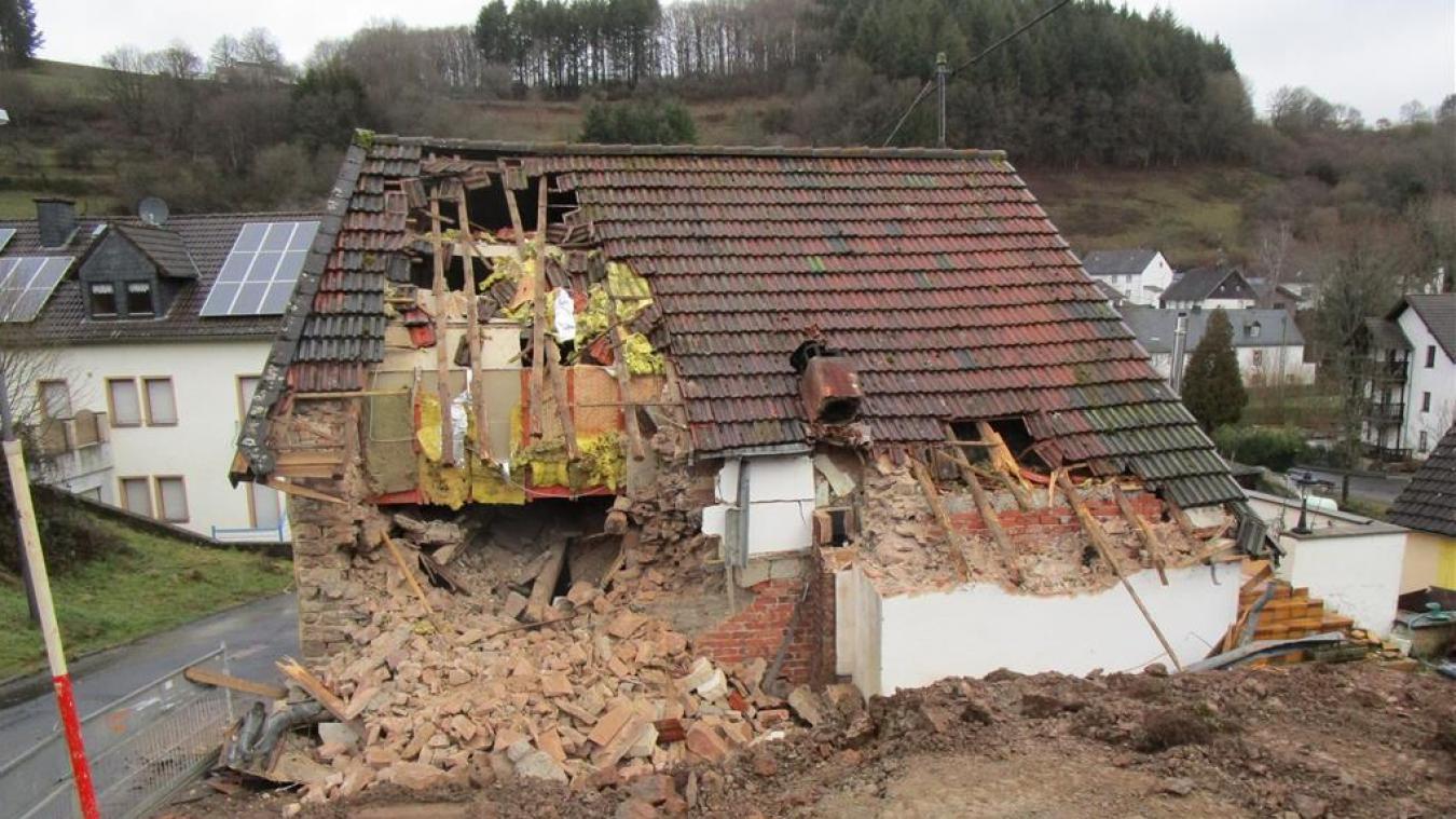Le propriétaire a attaqué la maison à la pelleteuse alors que le locataire s'y trouvait encore.