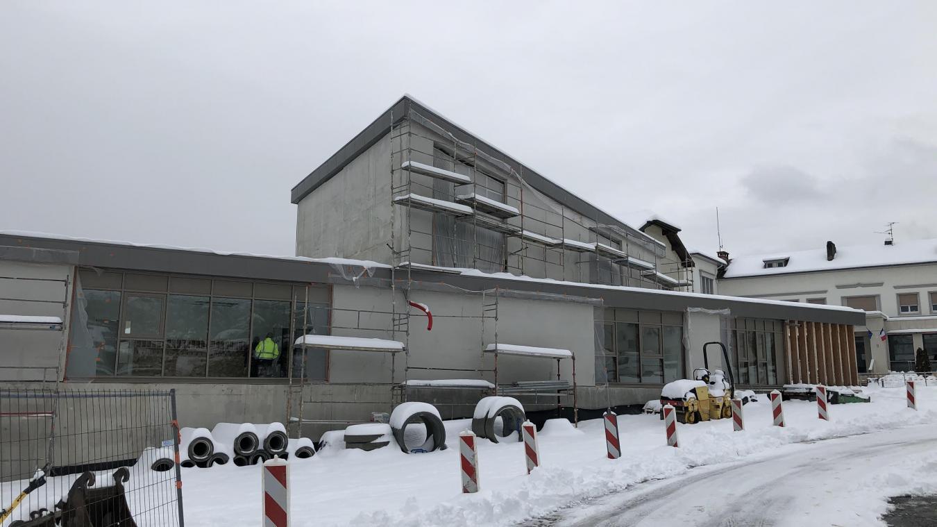 La nouvelle extension jouxte l'école des Balmettes, à Génissiat. Un ascenseur permet de relier les deux bâtiments.