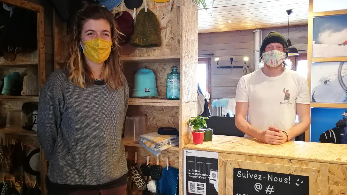 Cécile Burton et Benji Sowter dans la nouvelle boutique de l'association Montagne Verte.