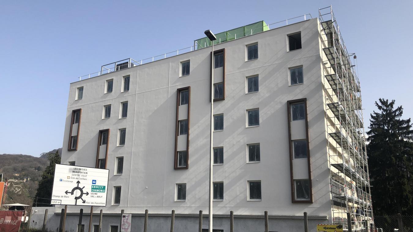 L'hôtel donne sur l'avenue des Chasseurs-Alpins et sur l'Arly de l'autre côté.