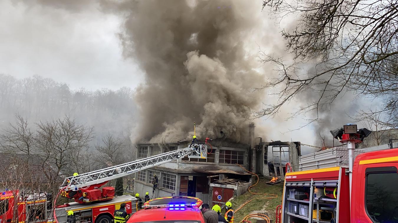 Plus d'une trentaine de pompiers sont au travail sur le site. Photo: Florian Maitre.