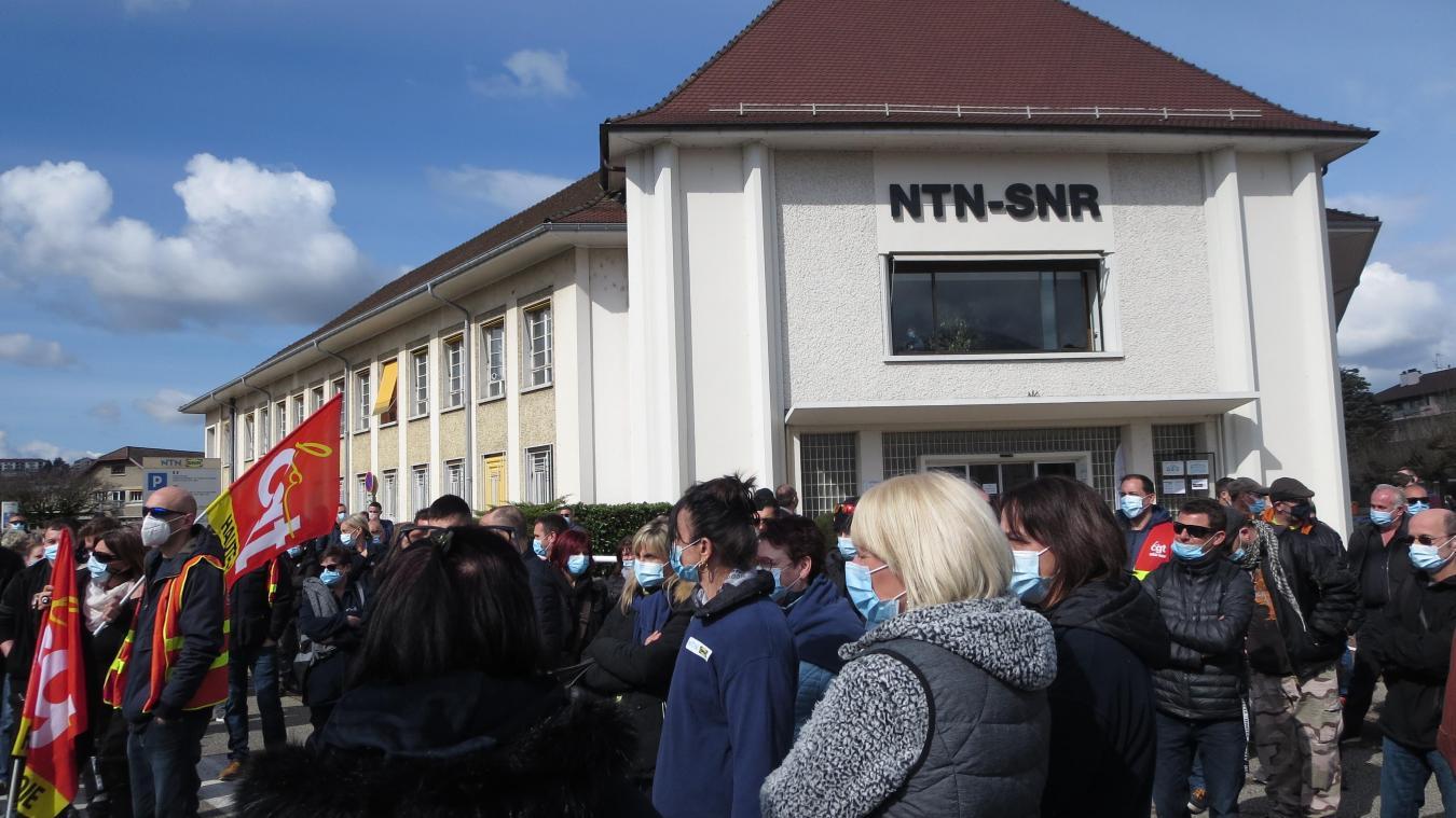 Plus de 300 salariés étaient réunis devant le siège social de NTN-SNR à Annecy.