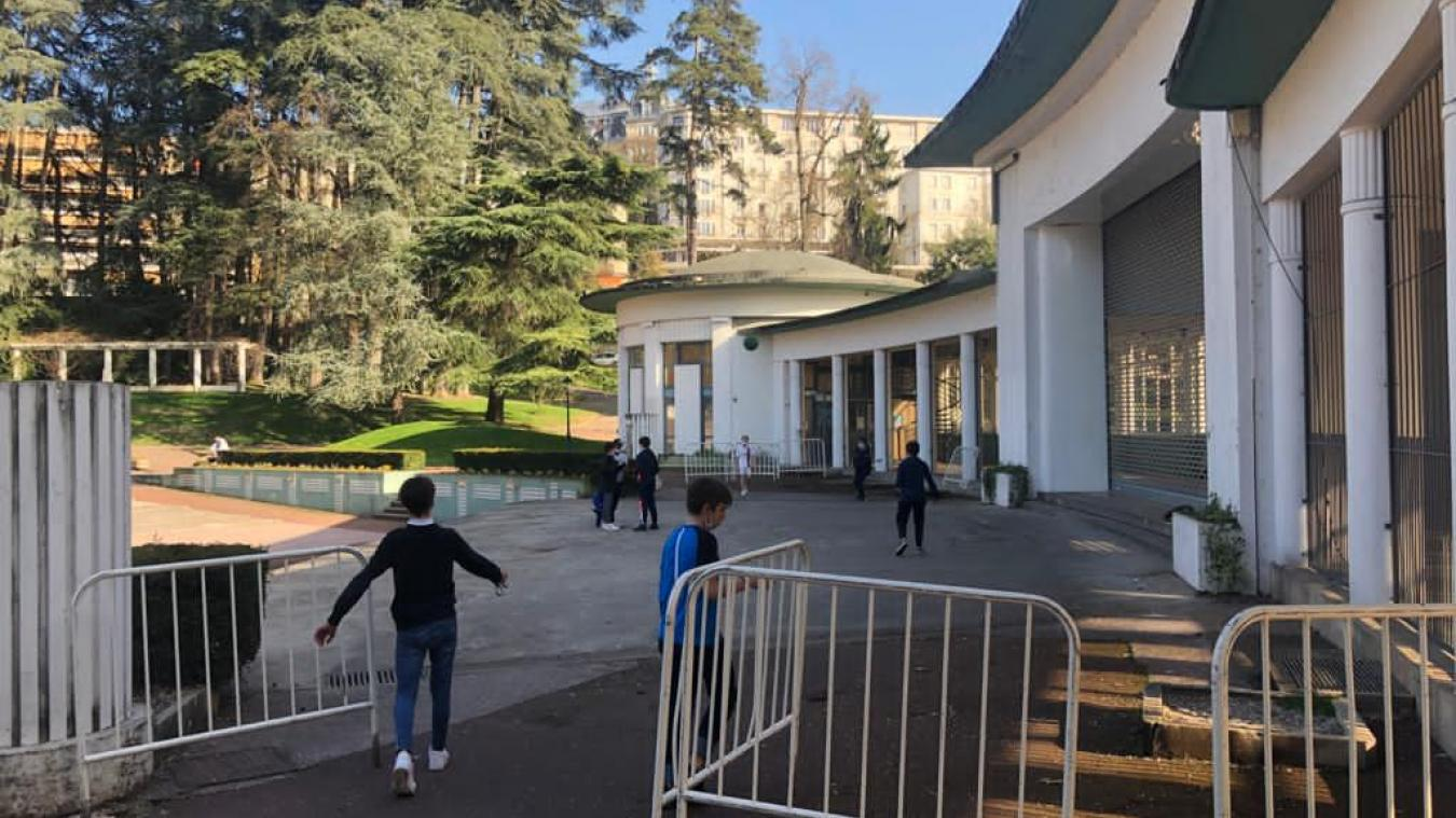Le théâtre est aussi un espace de jeu prisé des gamins de la ville.