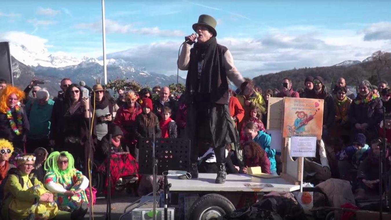 Francis Lalanne a participé au rassemblement à Annecy dimanche 21 mars (capture d'écran AgoraTV).