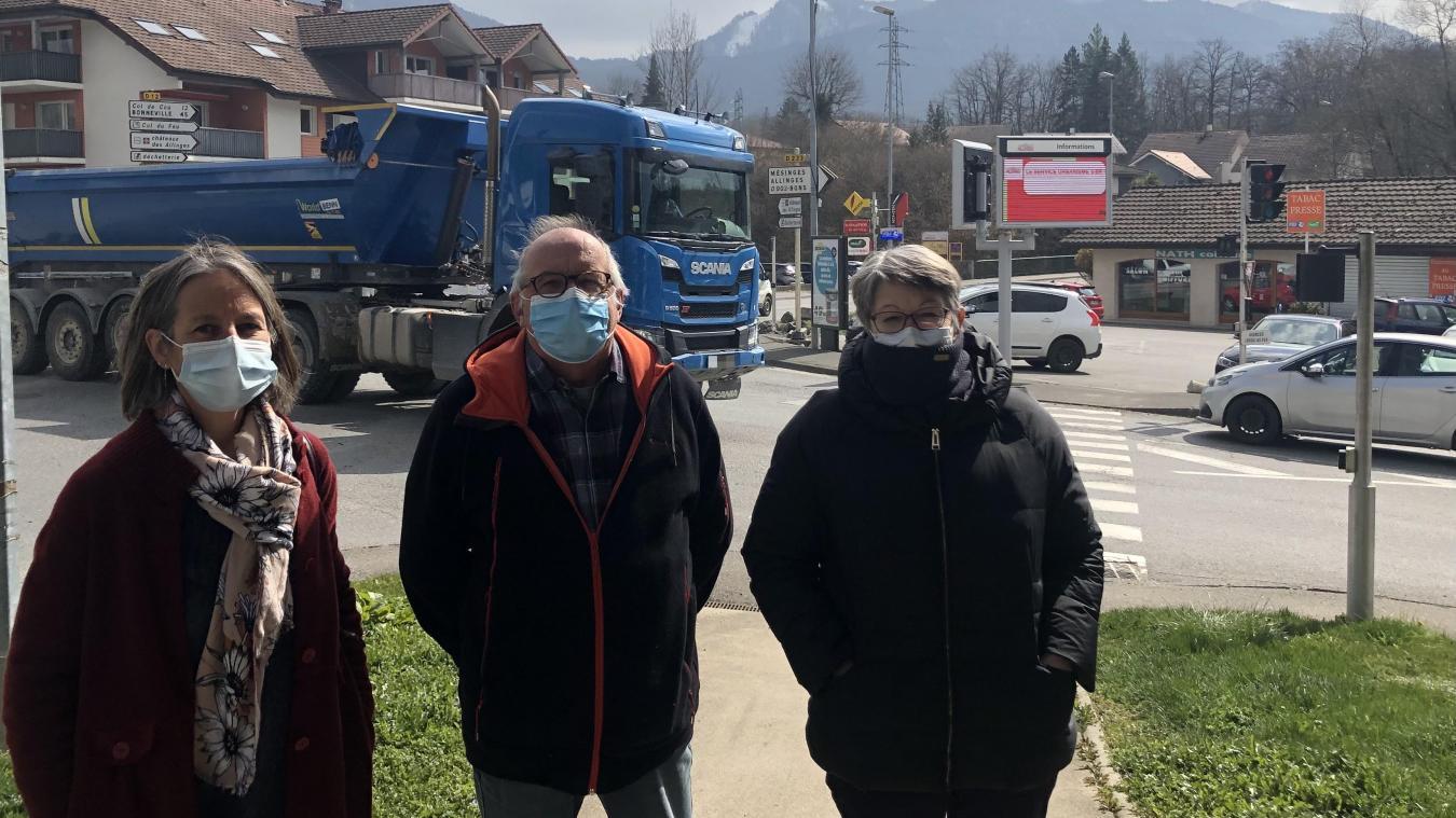Rachel Ettwiller, Pascal Gautheron et Christine Spedicato, membres du collectif de riverains opposé à la carrière, se battent depuis plusieurs années pour que cesse le trafic de camions.