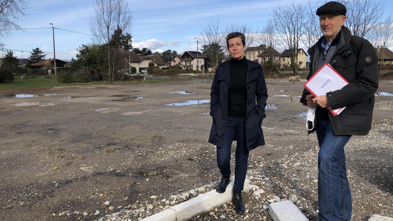 Pascal Eynard-Machet, maire-adjoint chargé de l'économie et Valérie Merle-Darcourt, maire-adjointe chargée de la communication, à l'emplacement du futur marché.