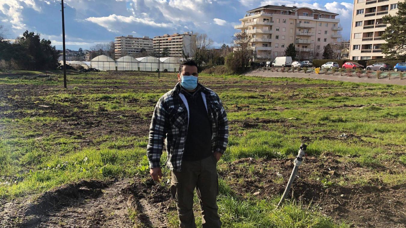 Employé de La ferme de Nicolas, Ghazi a assisté avec tristesse à la démolition d'une dizaine de serres agricoles le mois dernier.