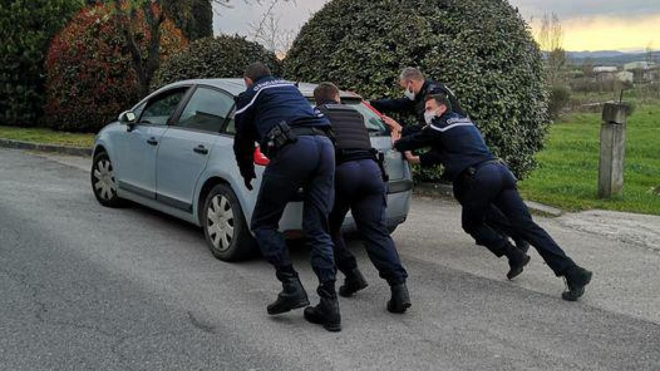 Les gendarmes se sont mobilisés pour aider le conducteur à redémarrer.