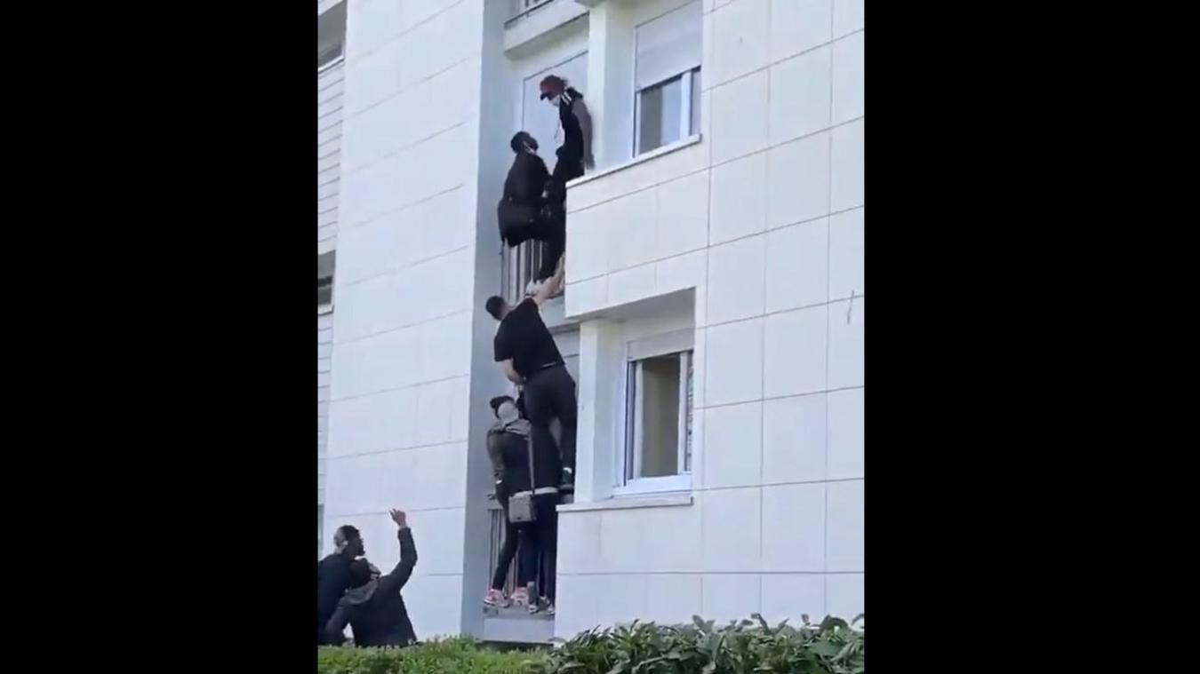 Des jeunes d'un quartier nantais n'ont pas hésité à escalader un immeuble de quatre étages pour sauver une famille avant l'arrivée des pompiers.