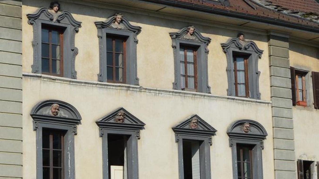 Des visages disgrâcieux au premier étage et de belles silhouettes féminines au second.
